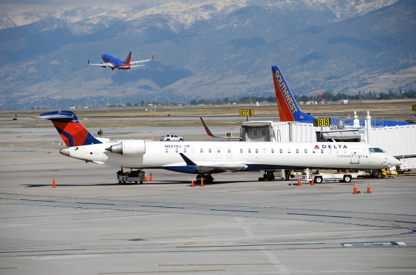 Photo of a Delta CRJ900, Not a Delta CRJ1000