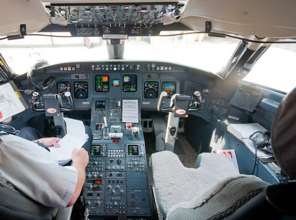 Bombardier CRJ900 Avionics Photo