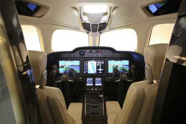 HondaJet Cockpit - Avionics Garmin G3000 Photo